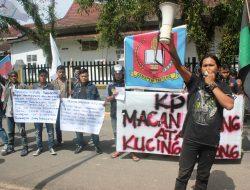 Mahasiswa Gelar Aksi Unjuk Rasa di KPU Tapteng