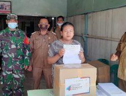 Babinsa Koramil 04/TL Dampingi Penyaluran Bansos Provinsi di Desa Gunung Sitember