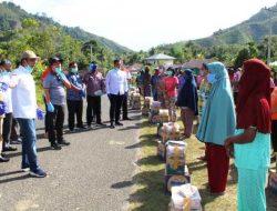 Bupati Tapteng Berikan Sembako Kepada 150 KK Warga Sihaporas Nauli Pasca Jalani Karantina Daerah