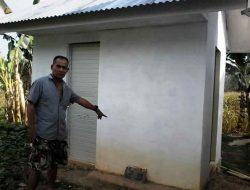 Warga Soroti Bangunan WC Kantor Kepala Desa Sumuran