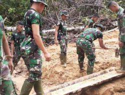 TNI Bangun Jembatan Kayu Hubungkan Desa Loloana'a ke Desa Gawu Buoso