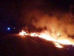 Heboh, Mobil Pikap Bawa Puluhan Jerigen BBM Terbakar