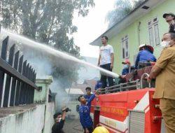 Wali Kota Sibolga Naik Mobil Pemadam Kebakaran