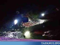 VIDEO: Pengendara Sepeda Motor Nekat Lewati Jalan Ambles